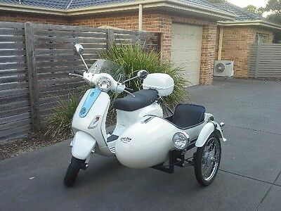 Vespa scooter & sidecar - white LX150 2004 + white OneTen sidecar fitted