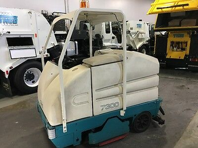 Tennant 7300 Scrubber Sweeper Ride On