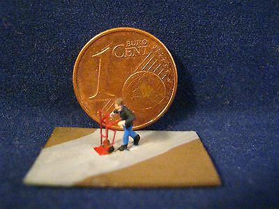 (AT01) Mann mit Sackkarre Figur Spur Scale Gauge Z (1:220) man with sack barrow