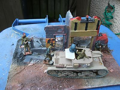 1.35 built italian tank and soldiers   ww2 built kit on a base