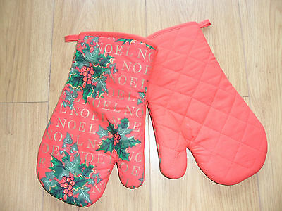 Red Christmas design oven gloves/mitts.
