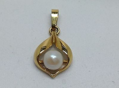 9ct YELLOW GOLD AND PEARL PENDANT