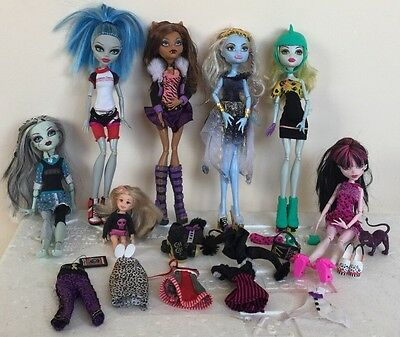 Selection Of Monster High Dolls and clothes