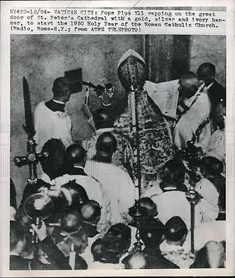 1950 Press Photo Pope Pius XII raps on great door of St Peters Cathedral