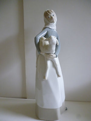 Lladro figurine - Girl with Lamb - excellent condition