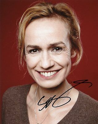 AUTOGRAPHE SUR PHOTO 20 x 25 de Sandrine BONNAIRE (signed in person)