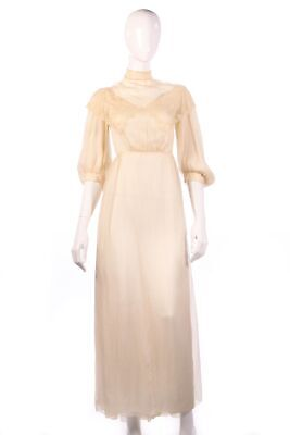 Very delicate vintage cream silk (wedding) dress with lace details size 6/8
