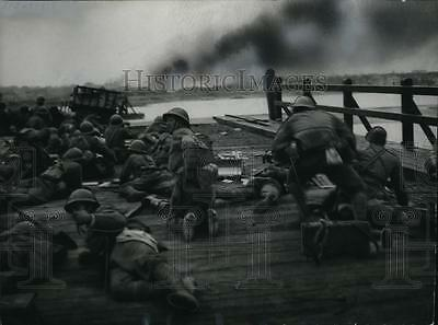 1939 Press Photo Japanese troops on bridge wreckage as they capture Nanchang