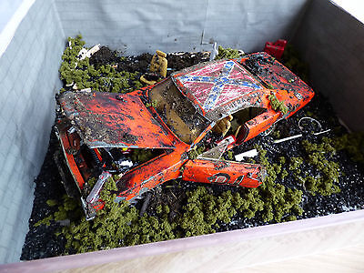 DUKES OF HAZZARD DODGE CHARGER DIORAMA JUNK YARD ABANDONED CAR 1:18 & Case Hand