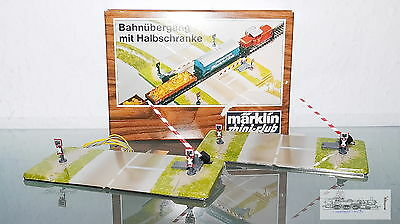 Märklin 8992, electromagnetic Train crossing with Half-barriers for Z, boxed