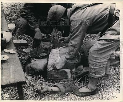 1945 Press Photo China Wounded Chinese soldier treated by first aid men