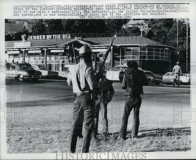 1971 Press Photo A police officer stands in front of two motorcycle gang members