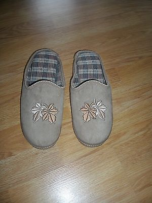 Slip on slippers size 5/6 maple leaf