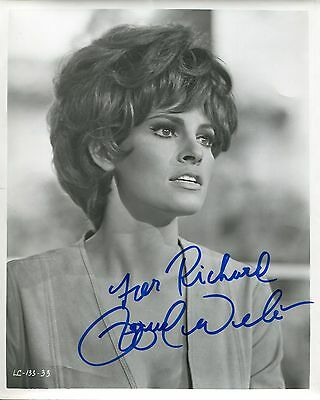 Autographe de Raquel WELCH sur grande photo