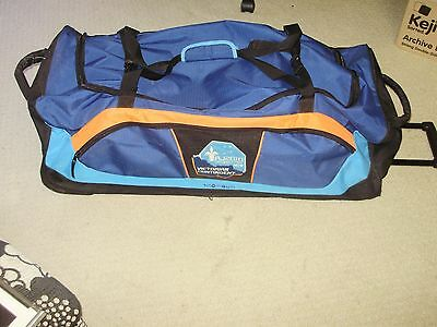 Snowgum Large Travel/luggage/gym/ Camping Bag On Wheels & Carry Handle