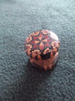19 th. c TUNBRIDGE WARE THREAD WAXER WITH GEOMETRIC PATTERN TO BOTH ENDS