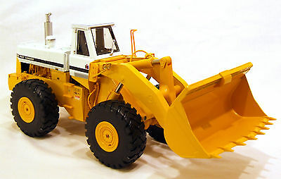 International Harvester 560 Pay Loader Die Cast Scale Model 1:25 With Manual