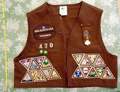 GIRL SCOUT Brown BROWNIE VEST w many PATCHES BADGES & PINS Official