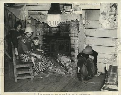 1937 Press Photo Matthews GA Female sharecropper with her family in their shanty