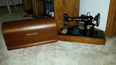 1926 Singer Sewing Machine Model 66 with wood box . Working