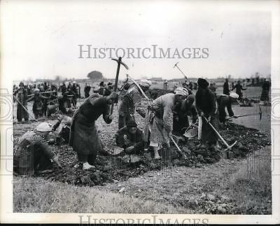 1944 Press Photo China Coolies use picks to level ground for runway - nera02491