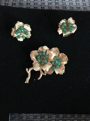VINTAGE 1940s /50's Flower brooch and clip earrings set green stones