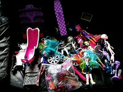 monster high playset with dolls in good condition