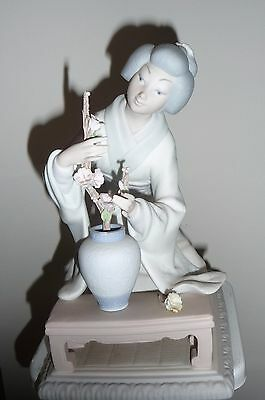 Mint Lladro No. 4840 Oriental Girl; Geisha with Flowers FIGURINE Matte