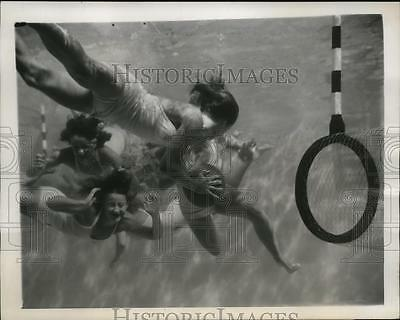 1946 Press Photo Women playing underwater polo in Los Angeles, Florida