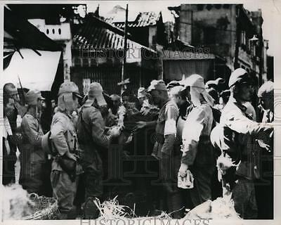 1938 Press Photo Chinese citizens get food from Japan soldiers in Hankow, China