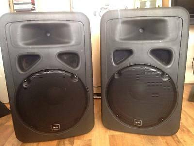"""QTX 400W PER SPEAKER LOUD ACTIVE 15"""" SPEAKERS (×2/800W SYSTEM) with speaker bags"""