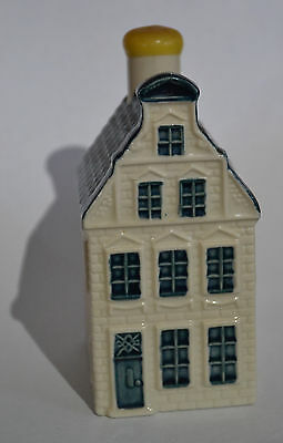 KLM Delft blue house #51. Lovely condition. Sealed with genever inside.