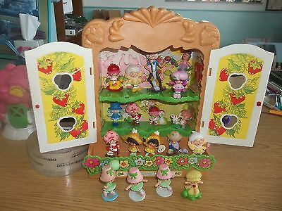1982 Vintage Lot 20 Strawberry Shortcake Miniature Figurines w/ Display Case !!!