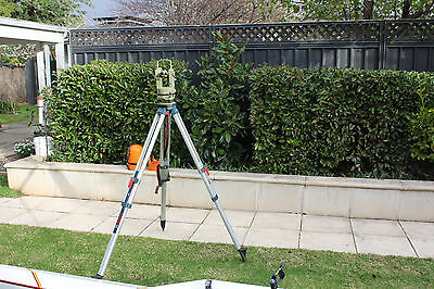 Wild T1 theodolite in excellent condition, upright image, graduated in degrees.