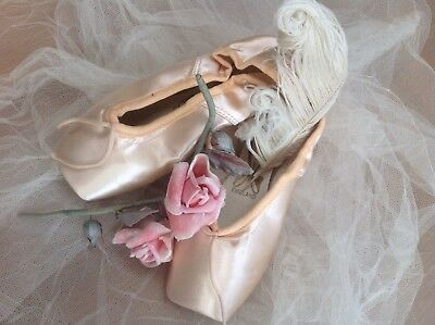 VINTAGE Rf2 A PAIR FREED BALLET POINTE SHOES UK 5 1/2 Pink Satin Without Ribbons