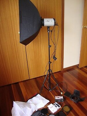 Blazzeo Swift 250a studio strobe plus accessories
