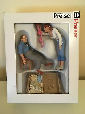 Preiser 45146 - G scale 1.22,5 - 'give me an answer' - 2 figures + chair + case