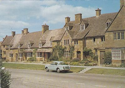 Postcard showing The Elizabethan Cottages,Broadway,Worcestershire.