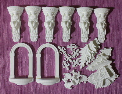 Set of 32 pieces. Baroque style pattern.