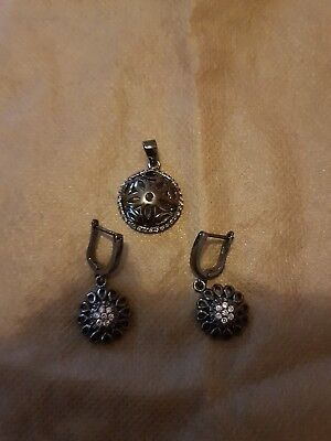 925 rhodium plated silver earrings and pendant set.