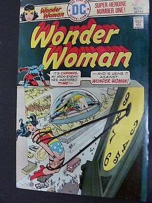 WONDER WOMAN #220 FN/VF BRONZE AGE DC COMIC. only 50c xtra for combine ship!