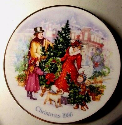 "Avon Collectible Christmas Plate ""bringing Christmas Home"" 1990  22K Gold - Exc"