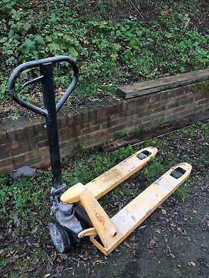 2500kg Pallet Pump Truck Good used condition.Yellow. Heavy Duty. Euro Width.