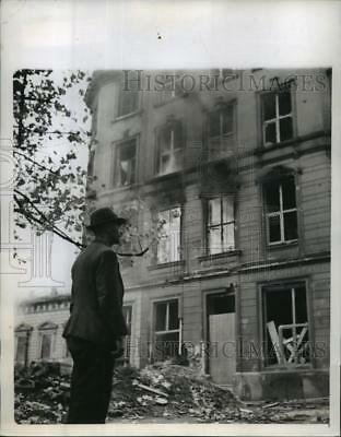 1944 Press Photo Aachen Germany resident watches home burn as Allies Route Nazis