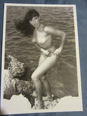 CARTE POSTALE : FEMME NUE,PIN-UP : BETTY PAGE - Érotisme.
