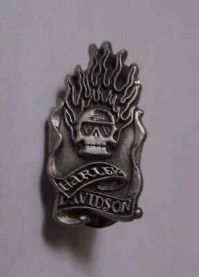 pin's Harley Davidson / skull & flammes (double attache - signé 2005 HD)