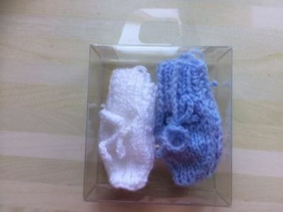 BNWOT 2 pair of Early baby boys hand knitted baby mitts, with presention case