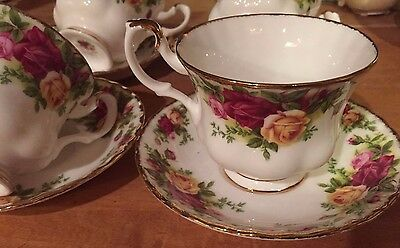 Royal Albert  OLD COUNTRY ROSES TEA CUP AND SAUCER 1962 MADE IN ENGLANG