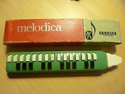 Hohner Melodica in grün in original Papphülle