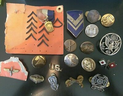 VINTAGE WWII  LOT OF MILITARY PINS BUTTONS & BADGES ....LOOK lot 4